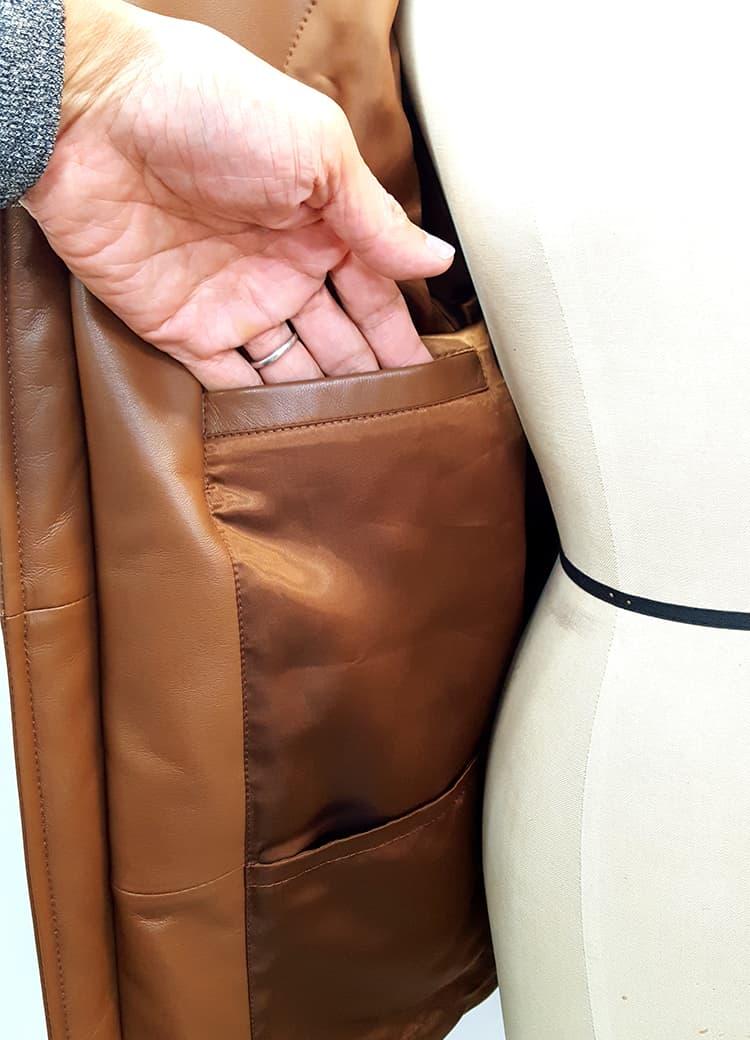裏地のポケットは4つ。ホッカイロなども収納可能