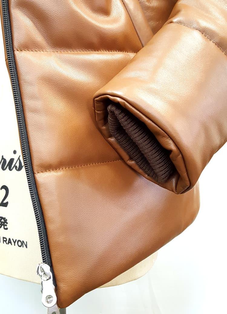 袖口にはリブニットを対応し、風を通さない