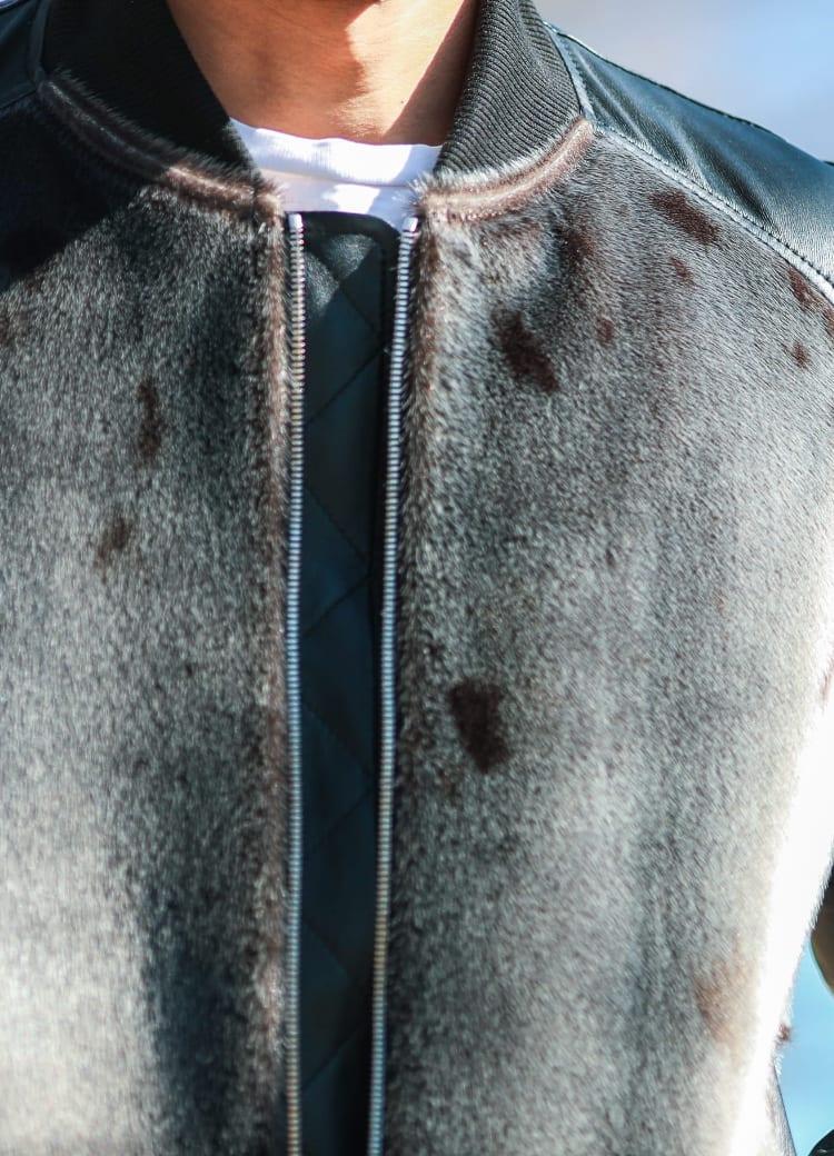 天然の皮のためシールの特徴的な模様もアクセントに